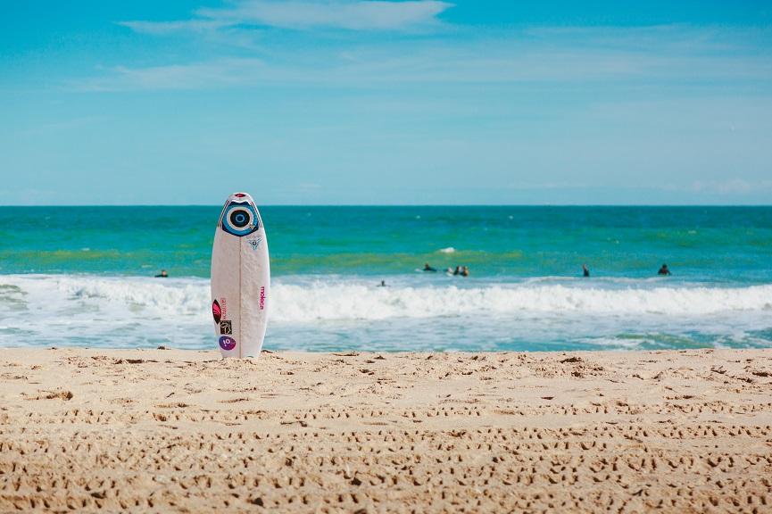 adolescentes en la playa verano 2020