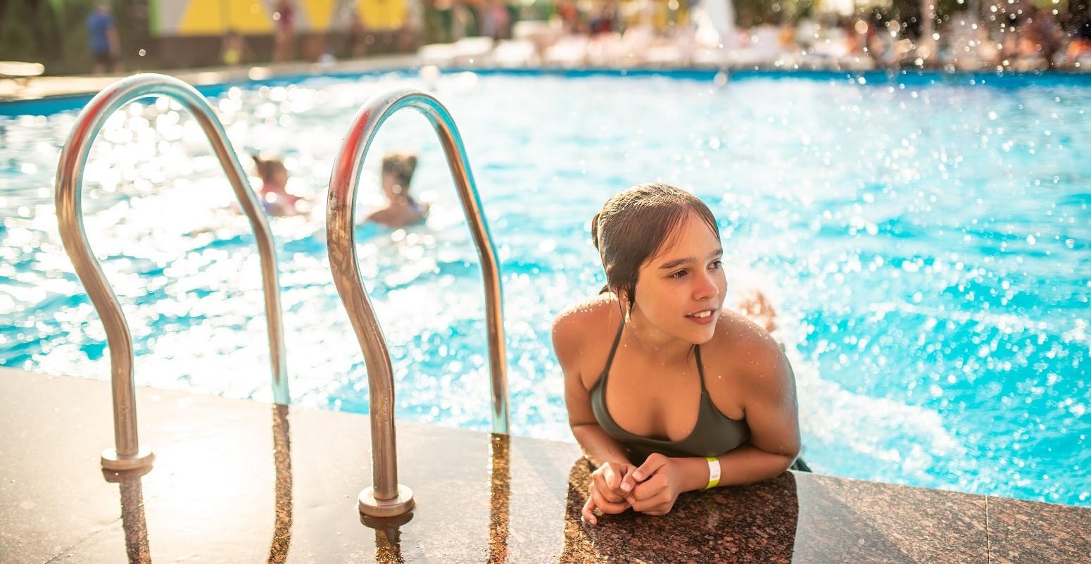 adolescentes en la piscina