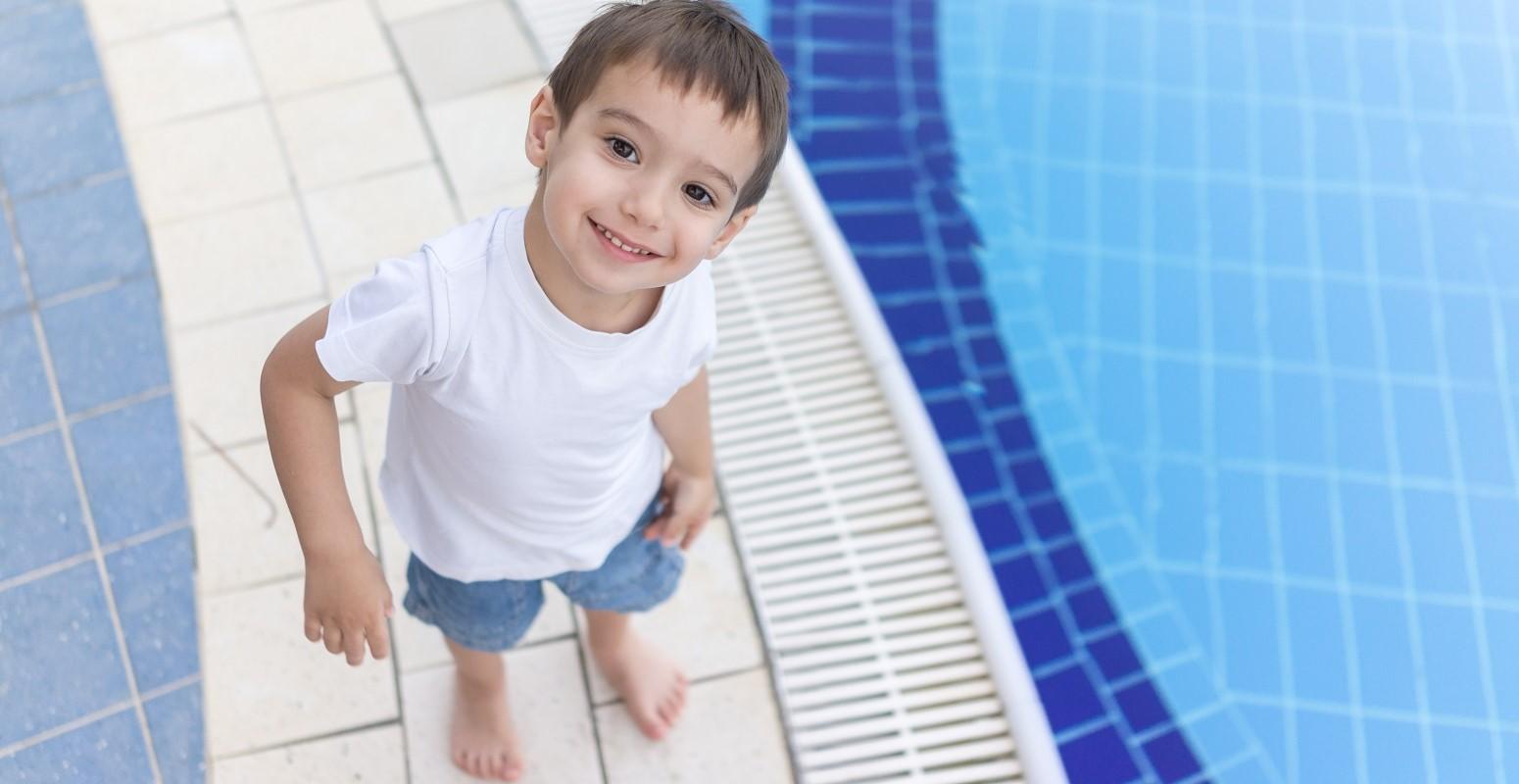 disfrutando piscina