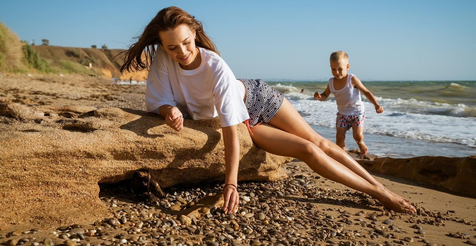 en la playa con mama soltera - viajacontuhijo