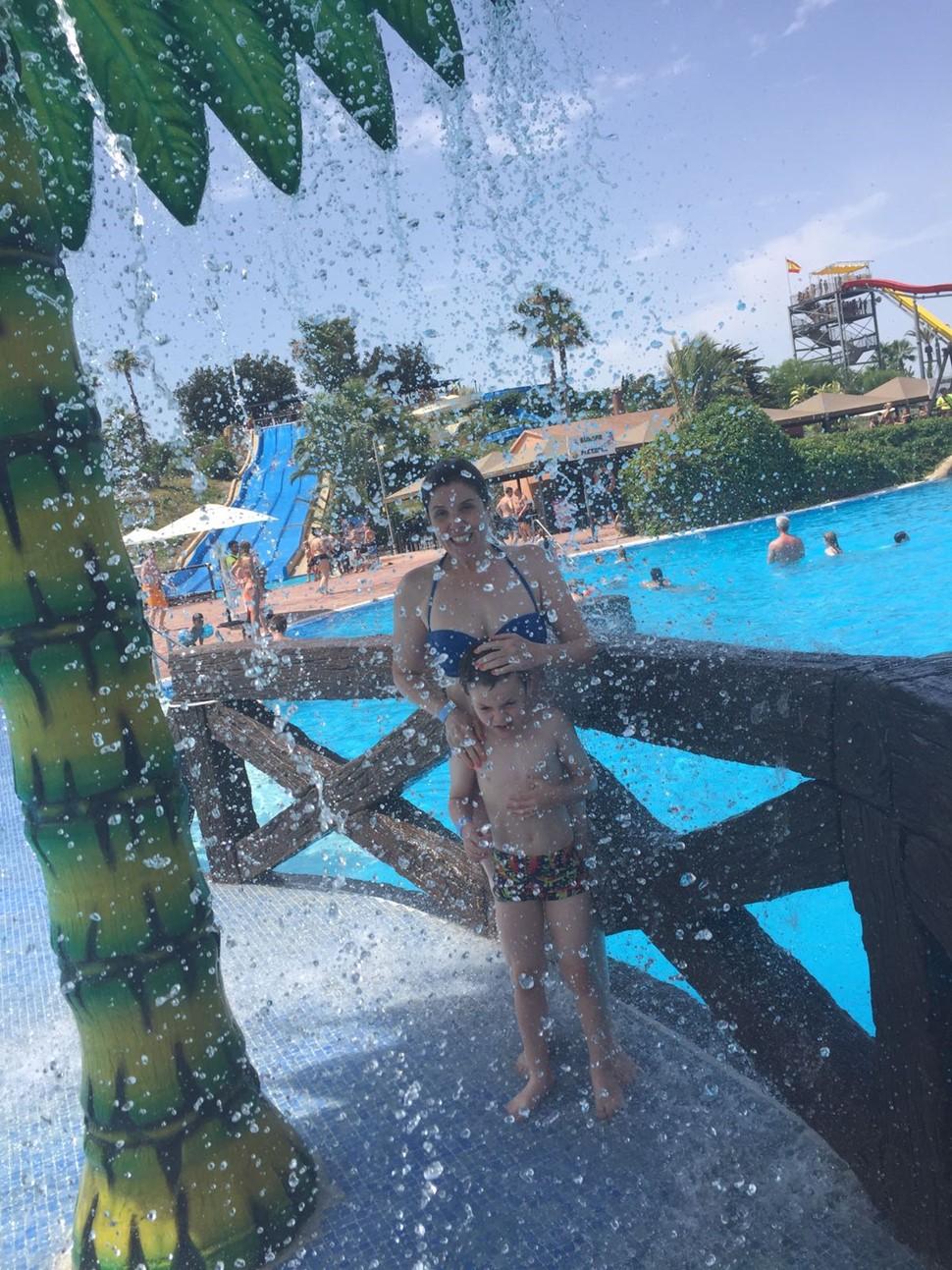 Cristina B Especial Verano 2017 Ducha en el parque acuático
