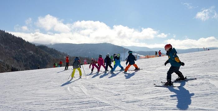 niños-esqui-viaje